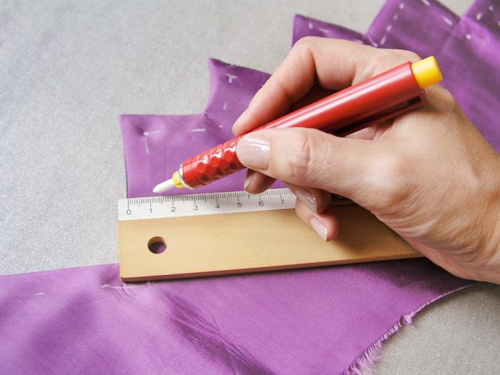 Marcar pespuntes del cuello de la capa de Halloween | Betsy Costura