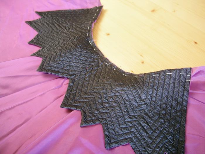 Coser el cuello a la capa de Halloween | Betsy Costura