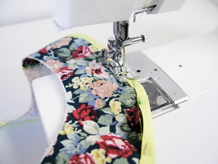 Pulir el borde de la vista con cinta al bies en color contrastado | Betsy Costura