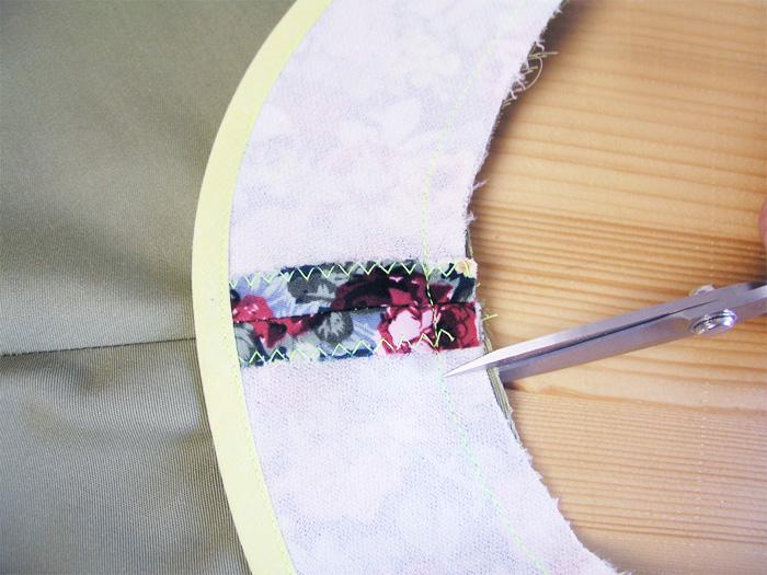 Dar unos cortes en las zonas curvas de los márgenes de costura | Betsy Costura