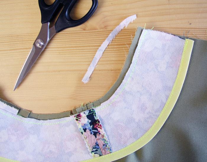 Rebajar el margen de costura de la vista a la mitad para facilitar el giro de la vista hacia el interior de la prenda | Betsy Costura