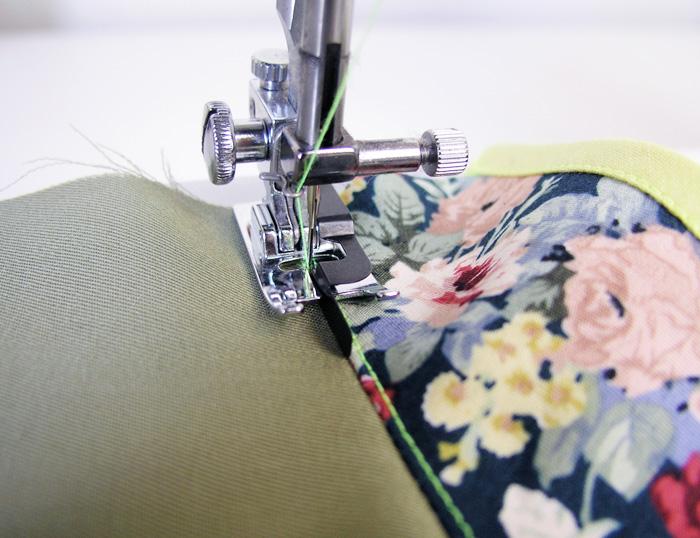 Hacer un pespunte con un pie específico en la unión entre escote y vista | Betsy Costura