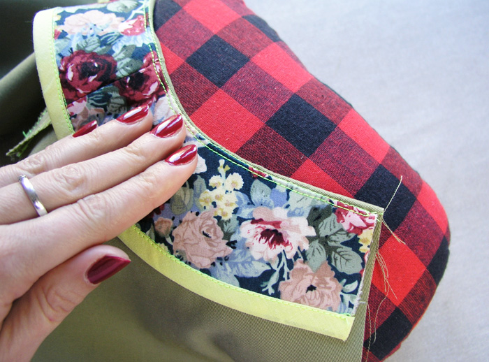 Girar hacia el interior la vista y dar un toque de plancha en el borde del escote | Betsy Costura