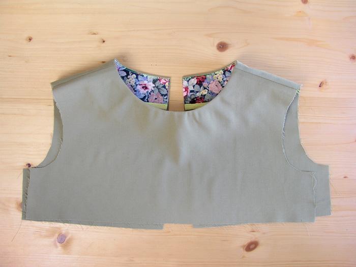 Vista estampada aplicada en el escote vista por el derecho de la prenda | Betsy Costura