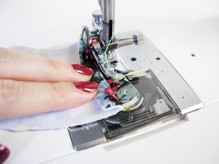 Sobrehilar con zigzag los márgenes de costura de las vistas | Betsy Costura