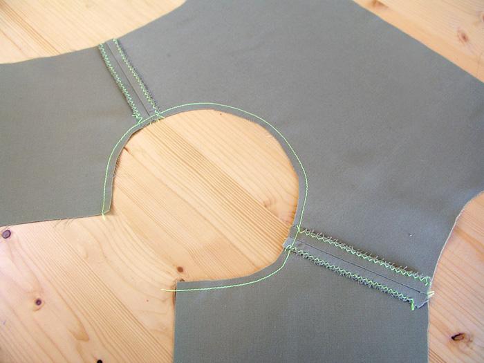 Cuerpo con hombros cosidos y márgenes de costura sobrehilados, escote con pespunte estabilizador | Betsy Costura