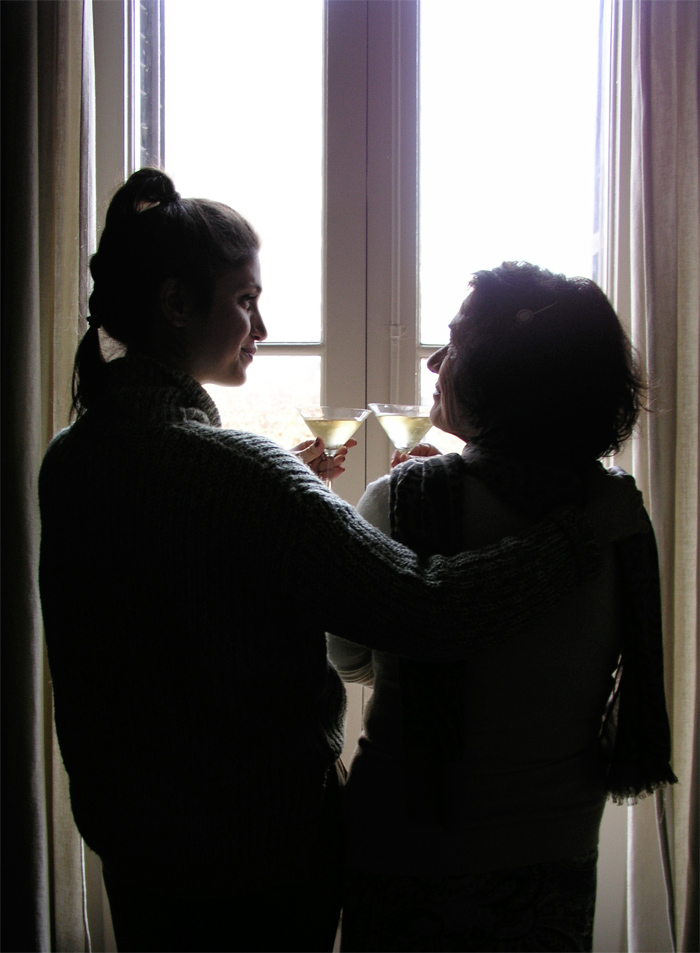 costura, tradición, navidad, champán, cava, brindar, copas, madre, hija, costureras, trenza, ventanal