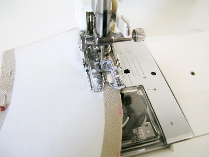 Coser en el tejido con la pieza de freezer paper como orientación La pieza de freezer paper queda adherida al tejido | Betsy Costura