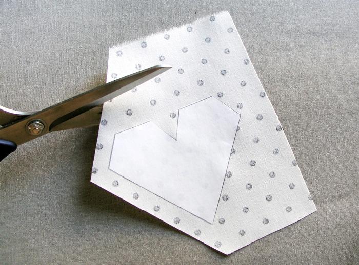 Recortar los márgenes de costura para doblar hacia dentro Adherir con plancha el patrón de freezer paper en la parte de atrás del tejido | Betsy Costura
