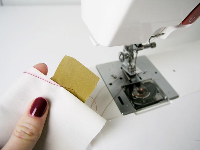 Pinza cosida hasta el final con la pieza de tejido al bies | Betsy Costura