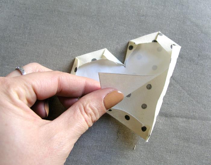 Despegar la pieza de freezer paper Planchar los excesos de tejido hacia el interior de la pieza Recortar los márgenes de costura para doblar hacia dentro Adherir con plancha el patrón de freezer paper en la parte de atrás del tejido | Betsy Costura