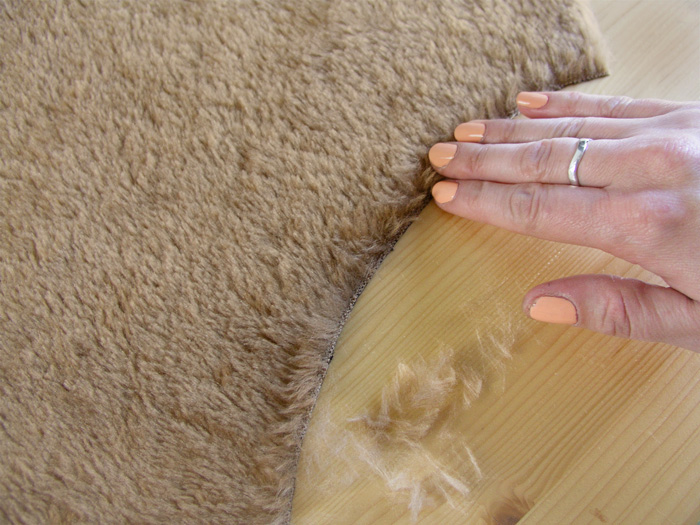 Despeluchar los bordes del tejido cortado de la Capa Navajo | Betsy Costura