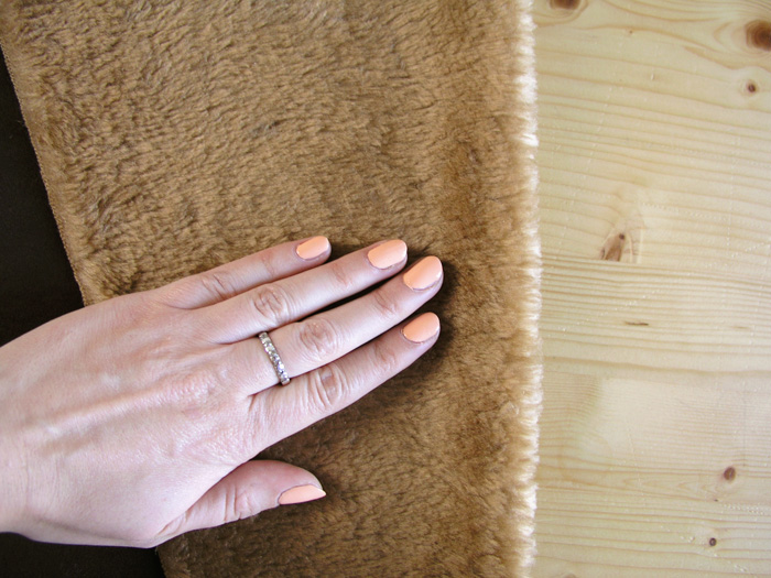 Observar la dirección del pelo del tejido de la Capa Navajo | Betsy Costura