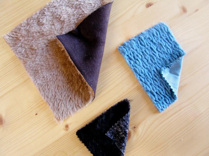 Diferentes tejidos con pelo como muestras para la Capa Navajo | Betsy Costura