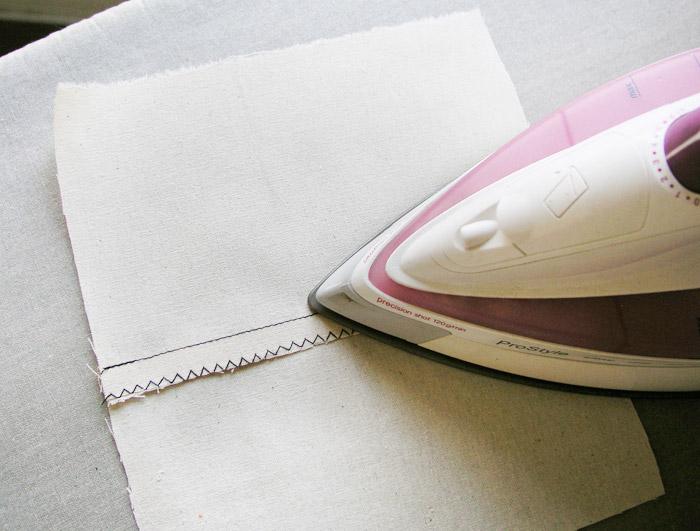 Planchar hacia un lado los márgenes de costura sobrehilados   Betsy Costura