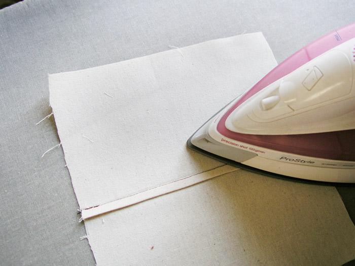 Planchar hacia un lado el margen de costura doblado | Betsy Costura