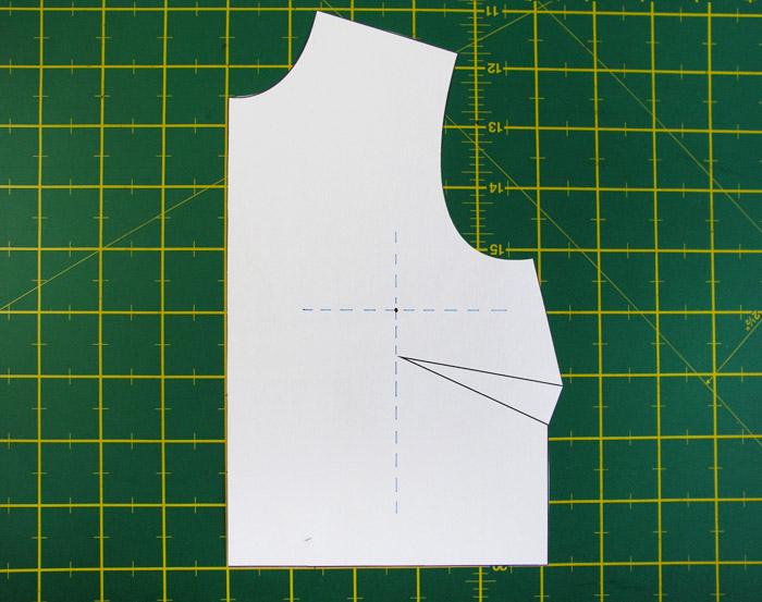 Dibujar una línea perpendicular al recto hilo en la nueva altura de la pinza | Betsy Costura