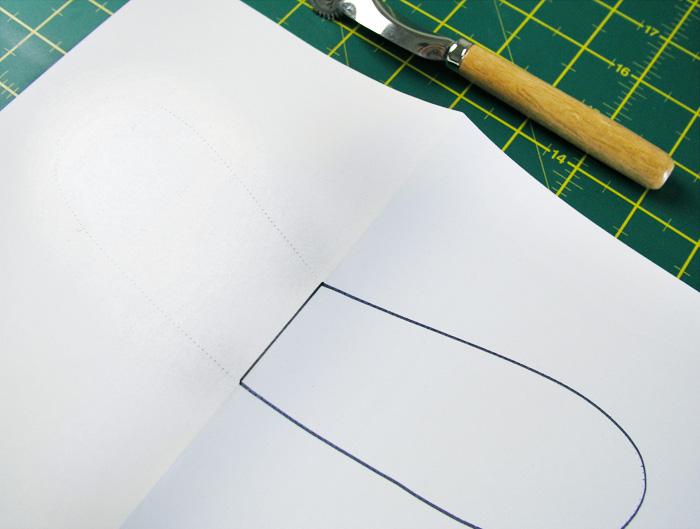 Desdoblar el papel y reseguir la línea punteada marcada | Betsy Costura