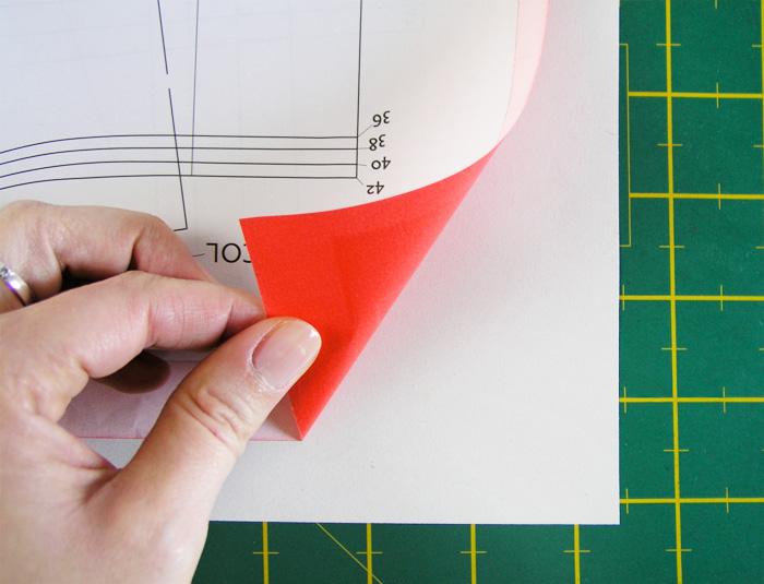Colocación del papel carbón para calcar patrones   Betsy Costura