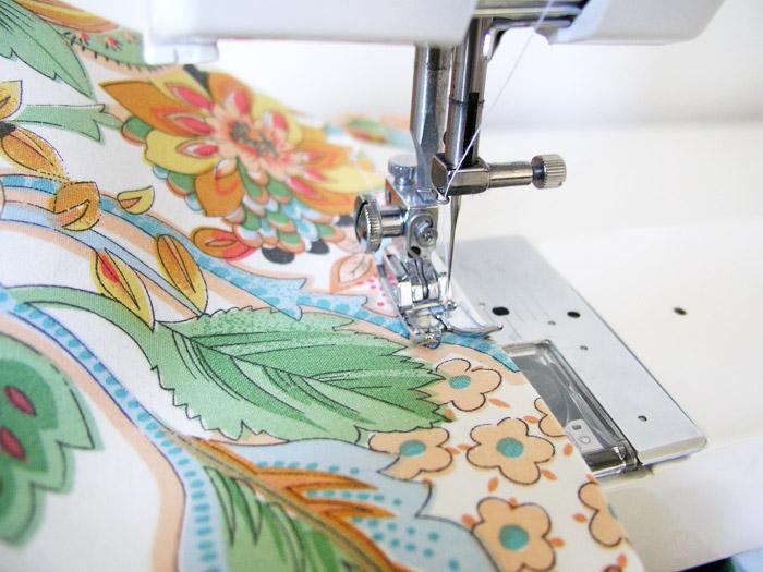 Pasar un pespunte a canto por la parte superior de la cesta de tejido | Betsy Costura
