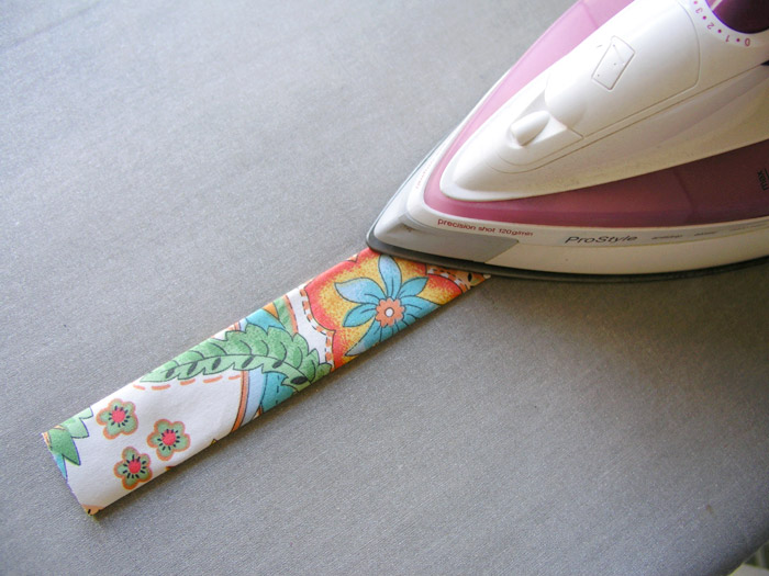 Asentar con plancha cada asa de la cesta de tejido | Betsy Costura